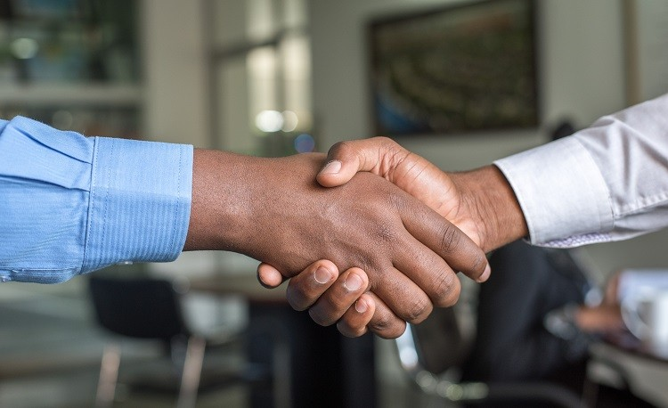 stretta di mano contratto